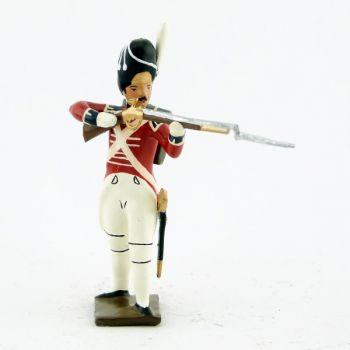 fantassin du 1er rgt de grenadiers anglais debout, fusil en joue