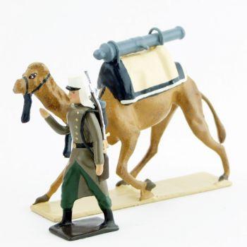 légionnaire en capote tirant un dromadaire avec canon