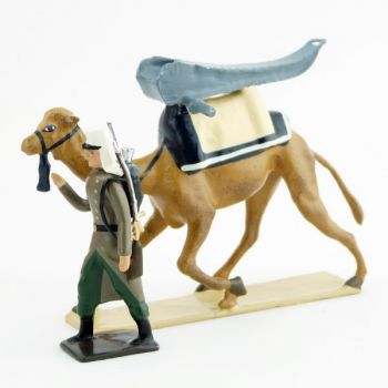 légionnaire en capote tirant un dromadaire avec affût de canon