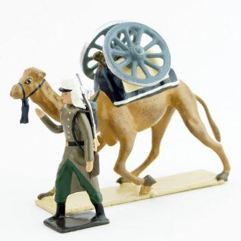 légionnaire en capote tirant un dromadaire avec roues de canon