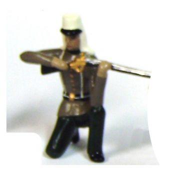 fantassin de la légion étrangère à genou, fusil en joue