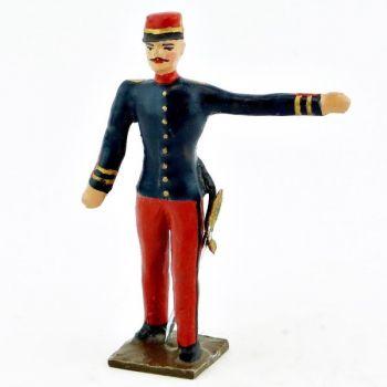 Officier, bras gauche tendu