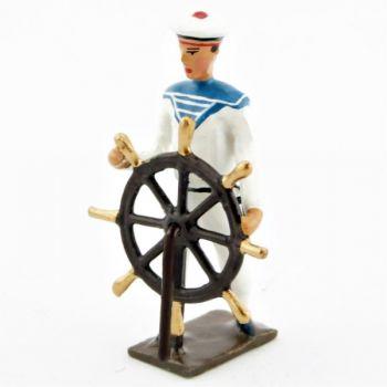 marin tenant la roue de gouvernail