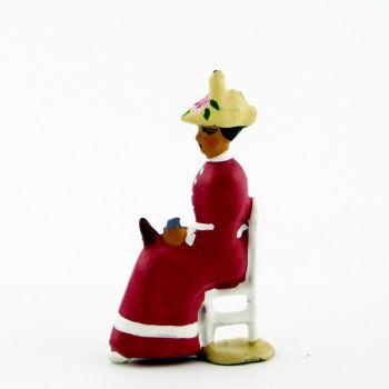 Femme assise en Rose violine crème