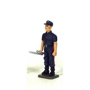 Sapeur-pompier  de la BSPP avec clé de barrage