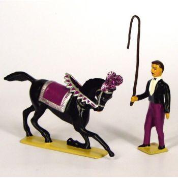 maître de cavalerie et son cheval saluant