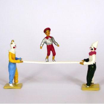 ens. de 2 clowns portant une poutre avec enfant en équilibre