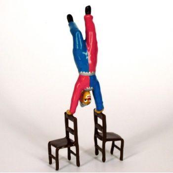 clown en équilibre sur chaises