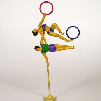 2 équilibristes (au bout d'une perche) avec anneau