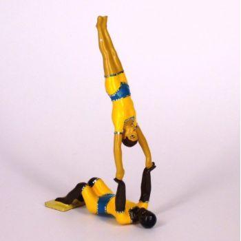 athlète au sol portant un autre à bout de bras