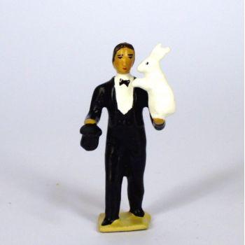 magicien en costume noir, sortant un lapin de son chapeau