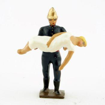 pompier avec victime dans les bras