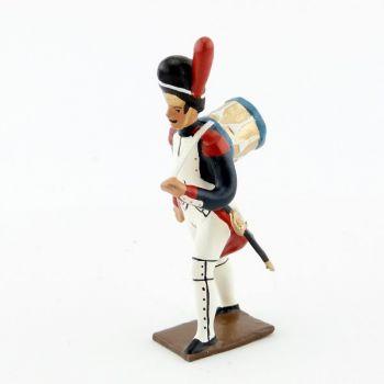 tambour des grenadiers de la garde portant sa caisse sur le dos
