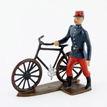 soldat d'infanterie de ligne tenant sa bicyclette
