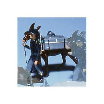 chasseur alpin en tenue bleue, tirant mulet avec caisses a munitions sur le dos