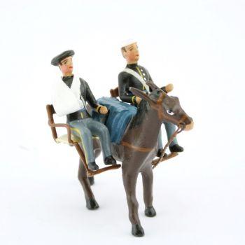 mulet avec brancards transportant deux blessés assis