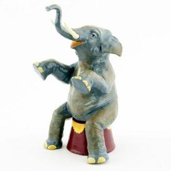l'éléphant assis sur baquet