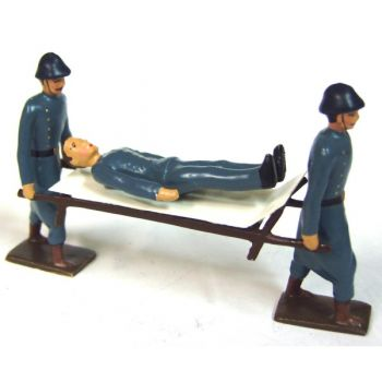 2 Brancardiers portant un blessé sur brancard