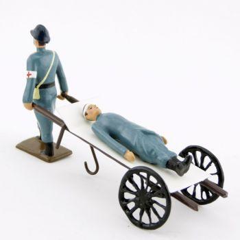 Brancardier tirant un blessé sur un brancard à roues